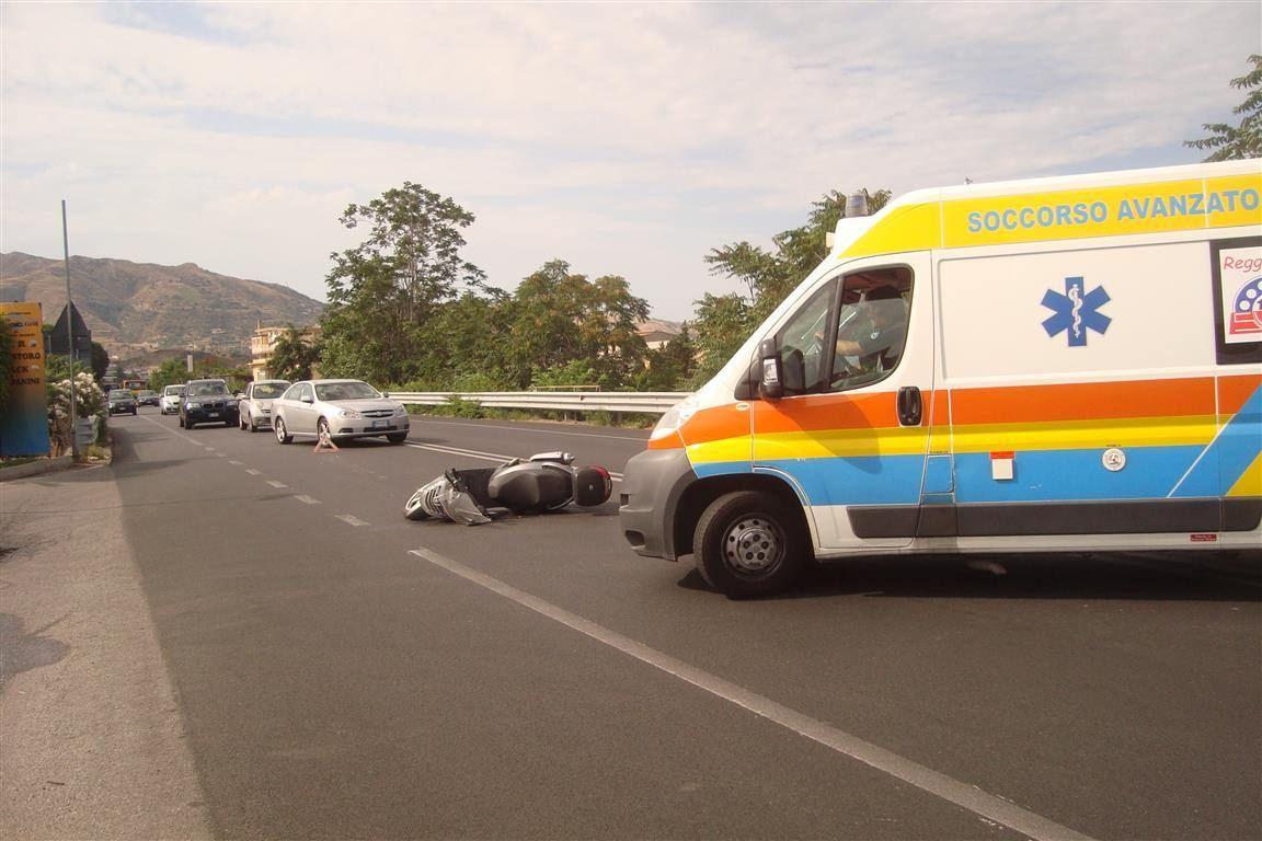 Incidente sulla 106, due feriti e traffico interrotto