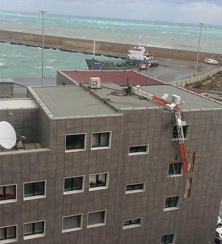 Crotone, il vento abbatte l'antenna della Capitaneria di porto