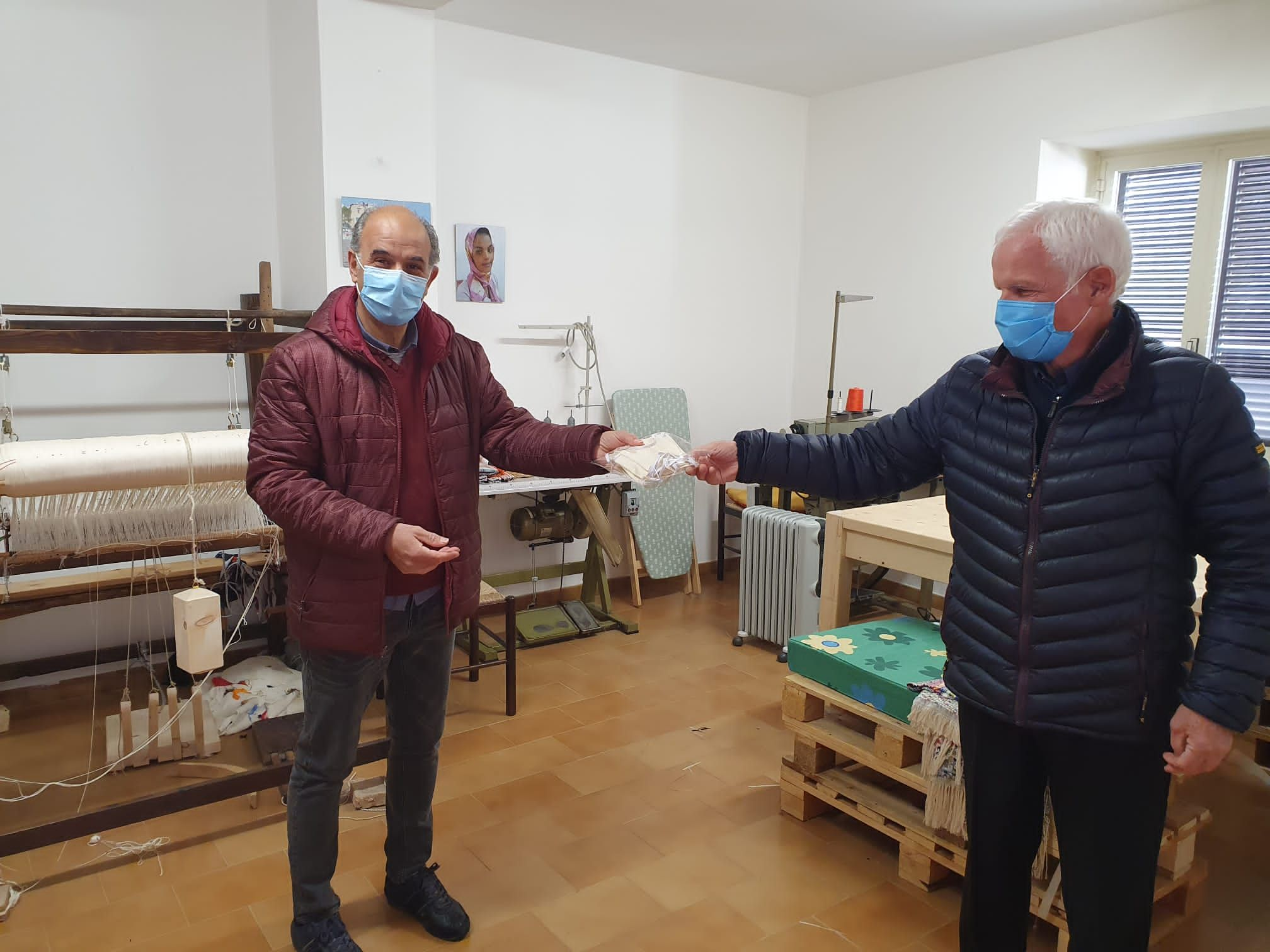 Le mascherine fatte dagli immigrati rafforzano l'amicizia tra Camini e Badolato