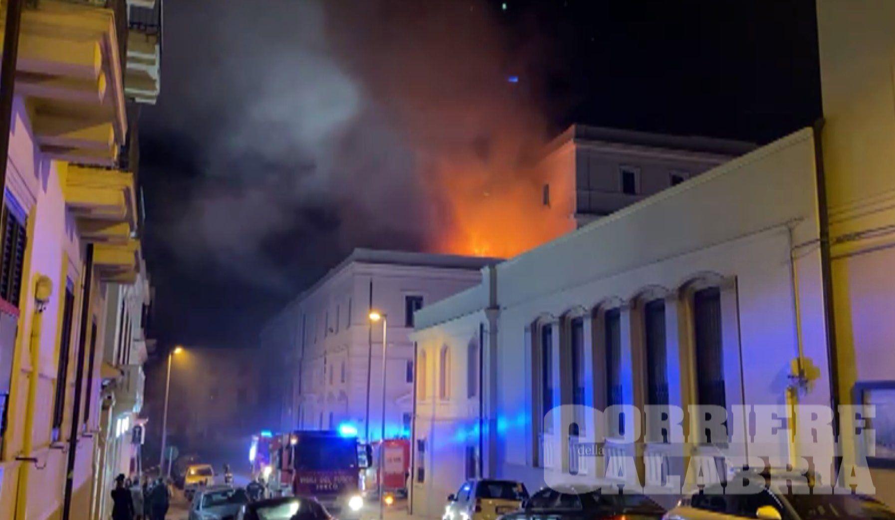 Incendio sul tetto della Corte d'Appello di Reggio Calabria – VIDEO