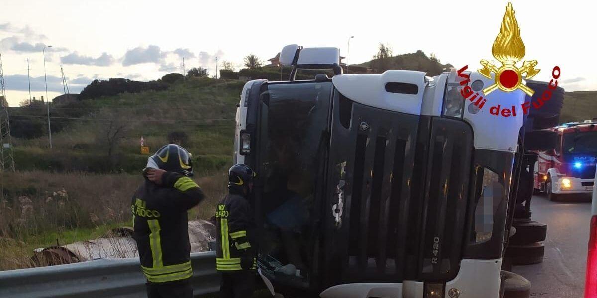 Cariati, tir si ribalta sulla statale 106: ferito il conducente
