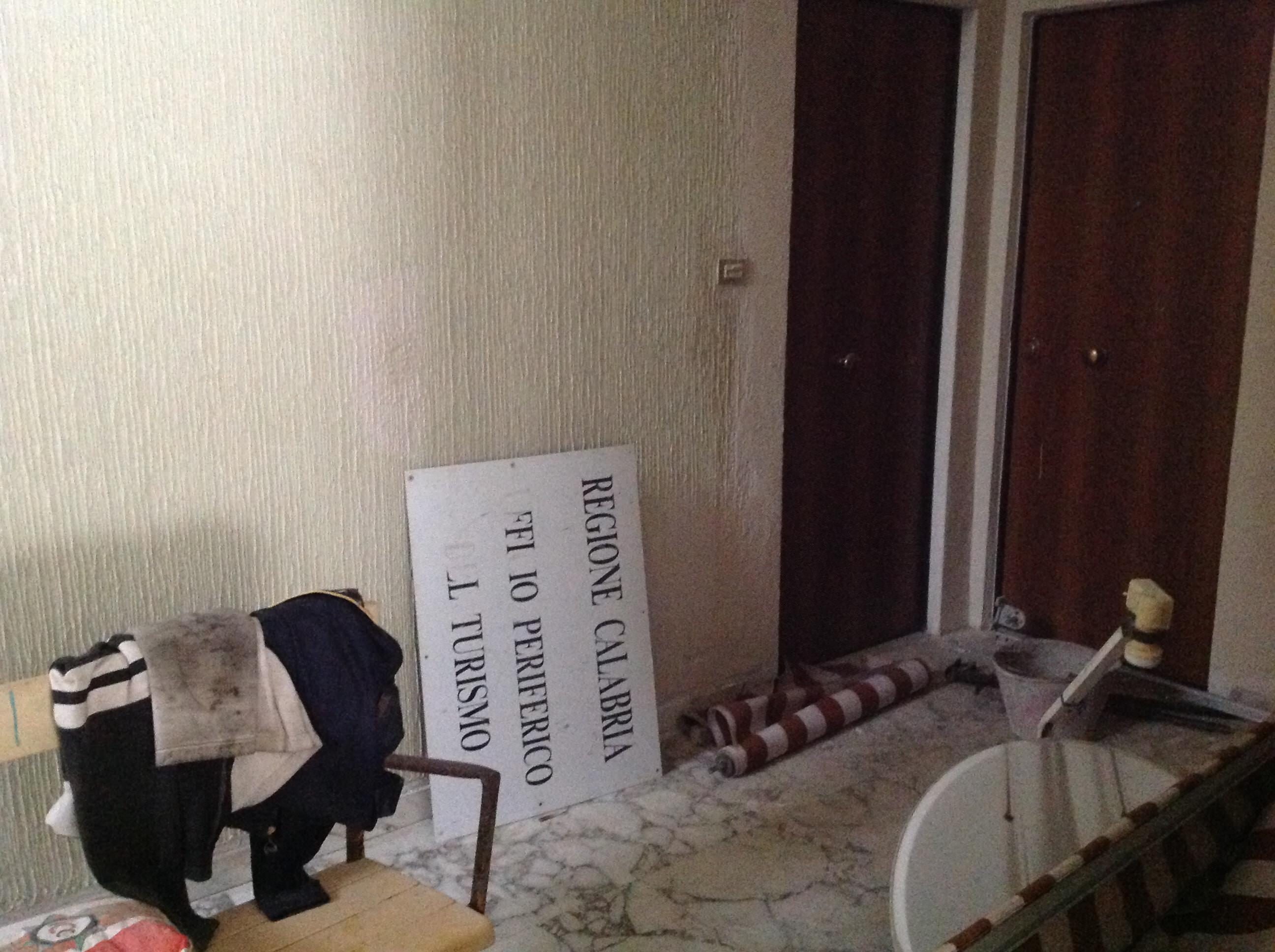 Arredamento Ufficio Cosenza : Uffici fatiscenti e senza telefoni tour negli sprechi della regione