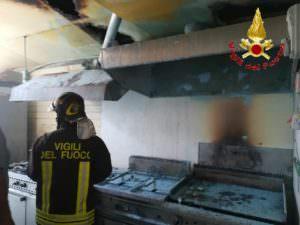 Tropea, incendio nella cucina di un lido