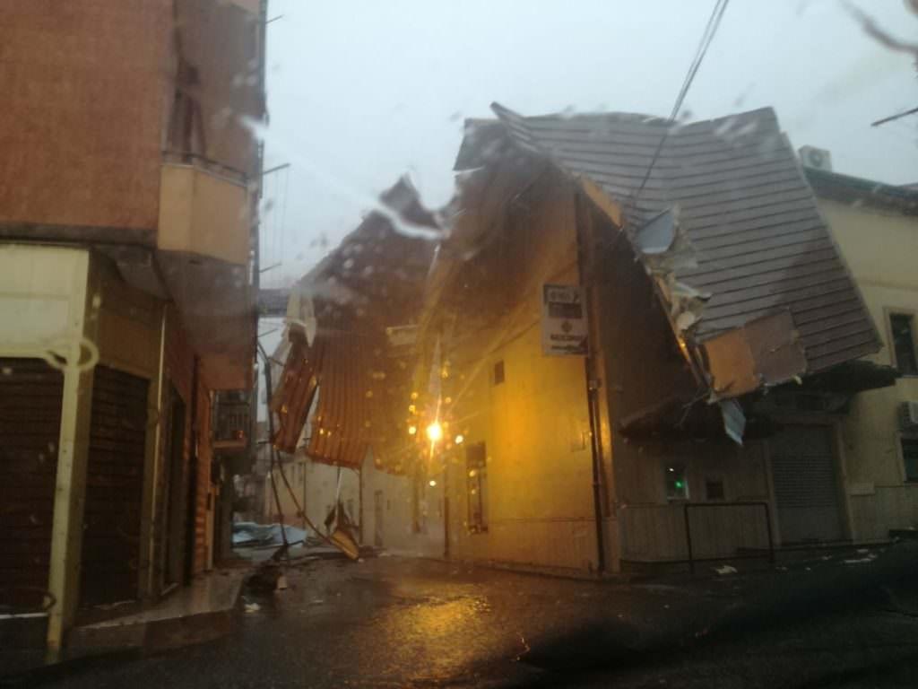 Violenta tromba d'aria nel Crotonese, tetti divelti e alberi abbattuti – VIDEO E FOTO
