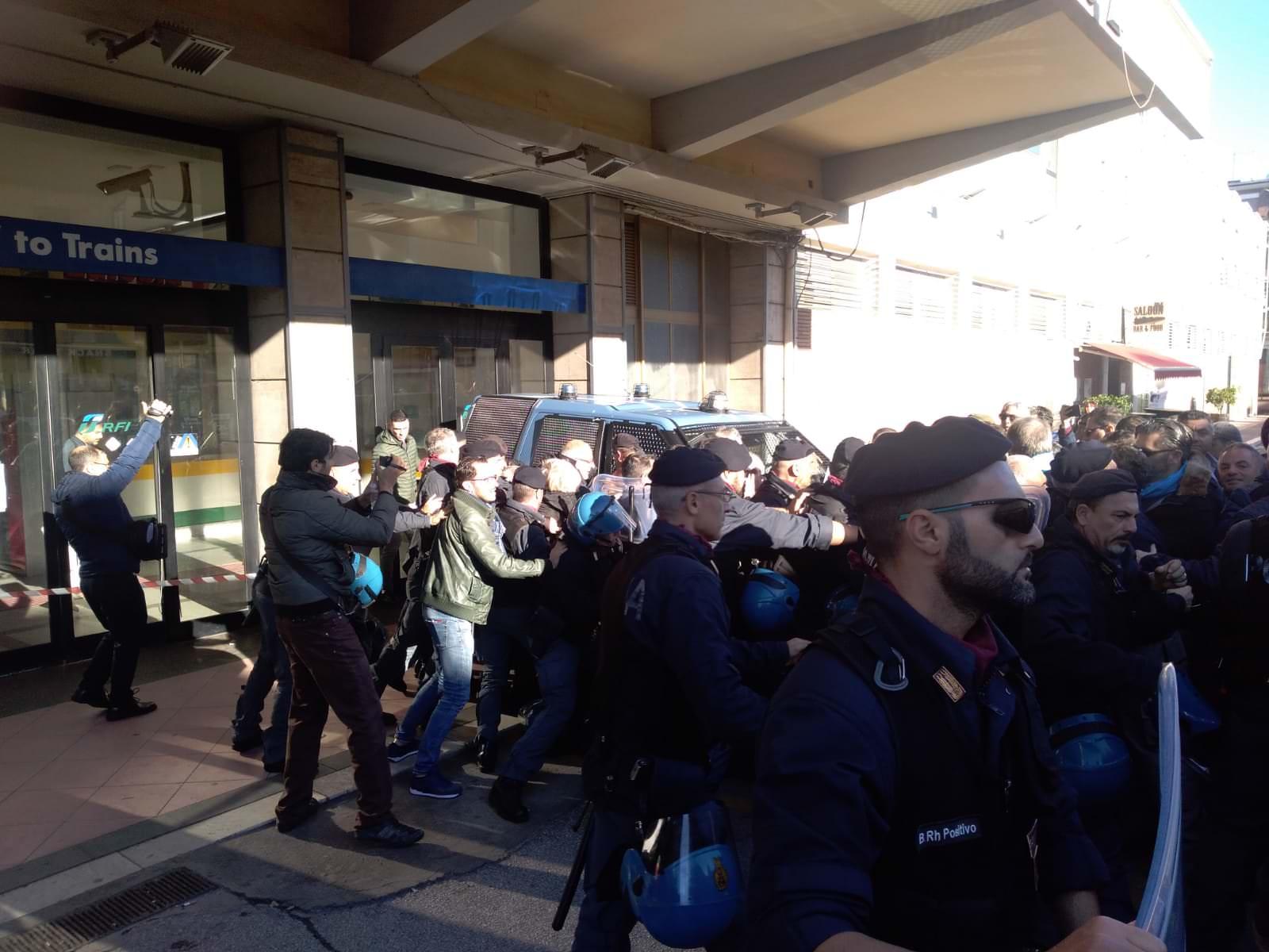 Lsu-lpu: i precari tentano di forzare il blocco della polizia, tensioni a Lamezia – VIDEO