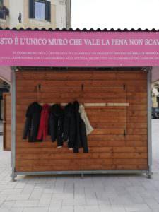 """Nasce a Cosenza il """"muro della gentilezza"""""""