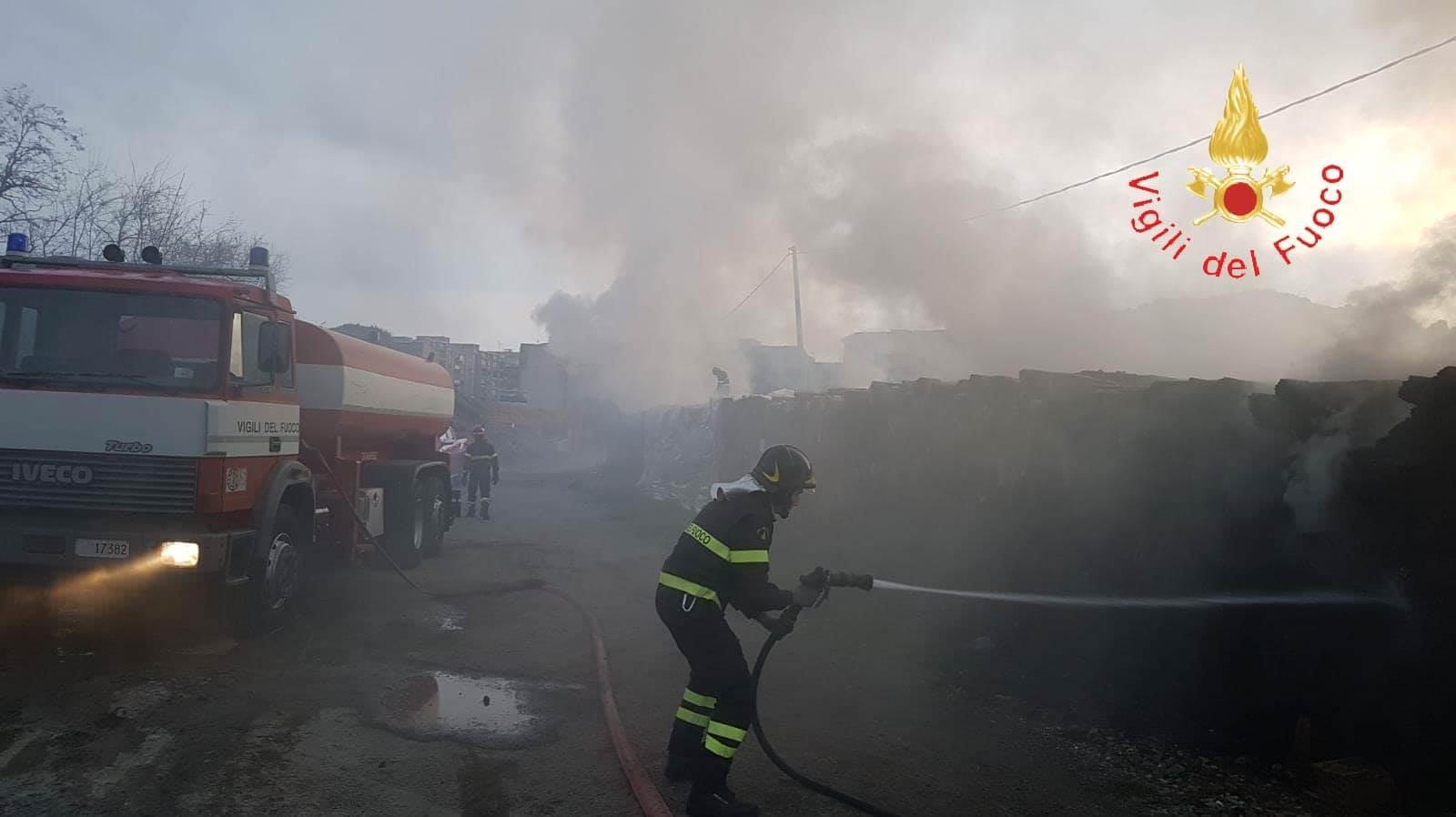 Catanzaro, incendio (doloso) in un cantiere della metro – VIDEO E FOTO