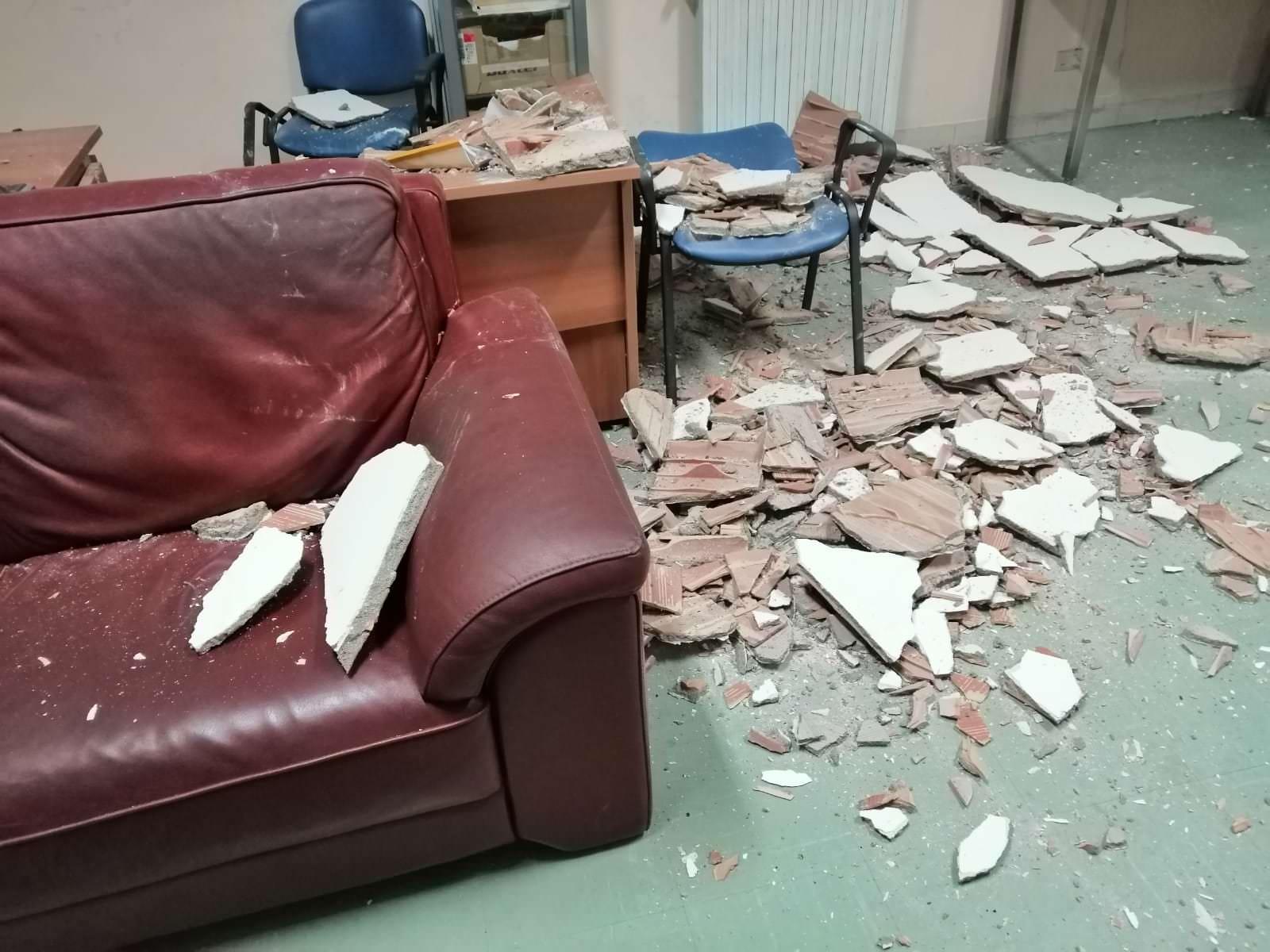 Mesoraca, crolla l'intonaco del soffitto nella stanza del 118 – FOTO
