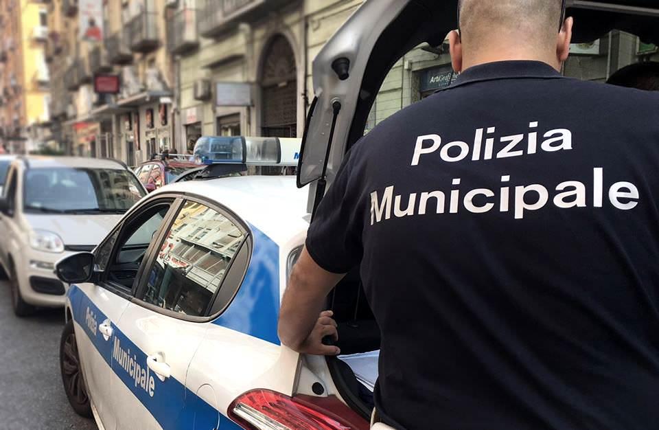 Merce e soldi in cambio di favori agli abusivi del mercato, vigile urbano arrestato a Rosarno
