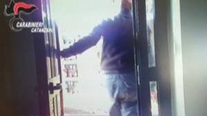 Percepiva il reddito di cittadinanza ma rubava portafogli al cimitero, arrestato – VIDEO