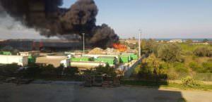 Vasto incendio nell'impianto Ecoross a Rossano: rifiuti in fiamme