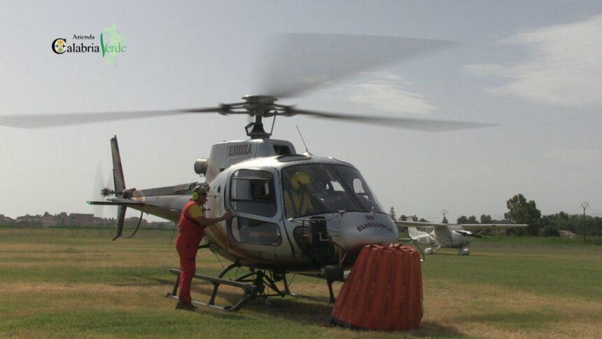 Uno degli elicotteri della flotta aerea di Calabria Verde